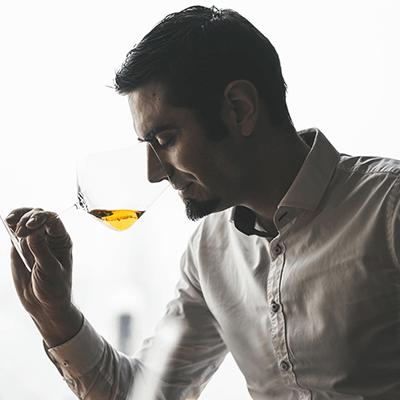 Fontana vin Vodole – Jernej degustira belo vino. Posestvo Sončni raj.