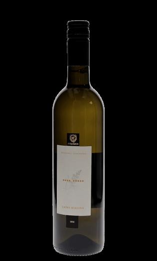 Belo vino Freser laški rizling – Štajerska. Vinska fontana Vodole–vinoteka in vinski bar.
