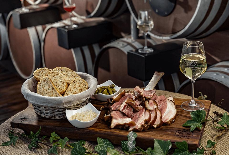 Vinska fontana Vodole – kulinarična ponudba - krača in belo vino – posestvo Sončni raj.